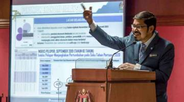 STATISTIK EKSPORT IMPORT: Dr Mohd Uzir Mahidin menyampaikan ucapan pada pelancaran Statistik Eksport Import Mengikut Negeri dan Malaysia Business Cycle Clock (MBCC) di Jabatan Perangkaan Malaysia semalam. — Gambar Bernama