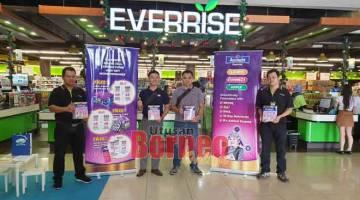 SILA DATANG: Ho (dua kiri) bersama wakil dari Fonterra, Everrise BDC dan Choon Hua Trading mempromosikan jerayawara Anmum Essential di Everrise BDC sehingga 8 Disember ini.