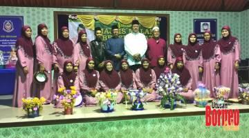 KENANGAN: Kumpulan Selawat Kg Kinabutan Bukit mengabdikan kenangan bersama Osman.