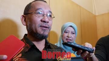 Ramlan ketika ditemui pemberita selepas majlis perasmian Bicara Ilmu IR 4.0 : Rahsia Transaksi Ringgit Malaysia 24 Jam, hari ini. Turut kelihatan Pengarah IKM Zon Sarawak, Siti Maimunah Jerni (kanan).