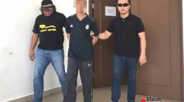 IRING: Mohamad Alif (tengah) semasa diiringi balik ke tahanan oleh pasukan khas.