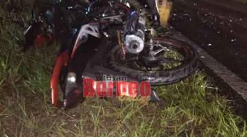 MAUT: Motosikal yang dinaiki mangsa bersama rakannya tersadai di tepi jalan selepas kemalangan itu.