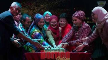 RAIKAN: Rashidah (enam kiri) dan Sophia (tiga kanan) memotong kek ulang tahun ketiga Kelab ZDance Kuching bersama AJK kelab.
