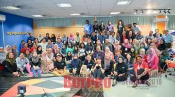 UNTUK ALBUM: Para peserta merakam kenangan bersama pihak penganjur pada Seminar Gamifikasi Dalam Pendidikan Kedua yang diadakan baru-baru ini.