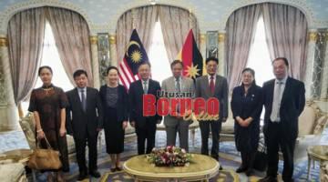 Abang Johari merakam kenangan Zong (empat kiri), Yang (tiga kiri) dan ahli delegasi dari kerajaan Wilayah Yunnan, China yang lain.