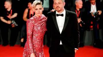 RELEVAN: Gambar fail menunjukkan Stewart dan Andrews tiba untuk tayangan perdana filem 'Seberg' semasa Festival Filem Venice di Itali.  — Gambar Reuters