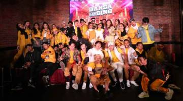 PROGRAM REALITI BAHARU: Barisan peserta, juri tetap dan pengacara yang memeriahkan penerbitan musim pertama pertandingan realiti 'Dansa Dan Sing' yang akan bersiaran mulai 5 Januari depan. — Gambar Astro