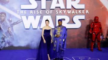 FILEM NO.1: Gambar fail yang diambil pada 18 Disember 2019 ini menunjukkan pelakon British Daisy Ridley (kiri) dan John Boyega bergambar di acara permaidani merah  sebaik tiba untuk tayangan perdana Eropah filem 'Star Wars: The Rise of Skywalker' di London. Kekuatan atau 'force'masih lagi bersama 'Star Wars' selepas filem terbaharunya 'Star Wars: The Rise of Skywalker' dibuka dengan anggaran AS$175.5 juta dalam kutipan jualan tiket di Amerika Utara seperti yang dilaporkan oleh pemerhati Exhibitor Relations