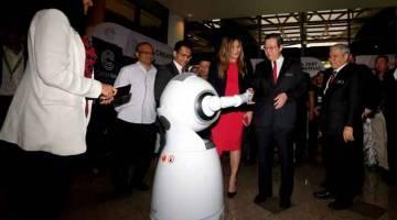 MAJU: Lim Guan Eng (tengah) bersalaman dengan 'smarter robotics' yang diberi nama 'Ruzr' pada Penutup Festival Putrajaya LIFT 2019 di Kementerian Kewangan semalam. — Gambar Bernama