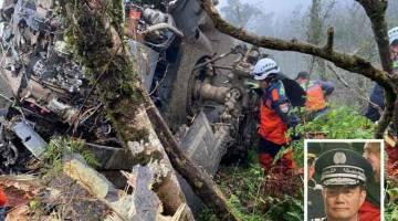 MALANG: Gambar serahan Jabatan Bomba Daerah Yilan semalam menunjukkan anggota bomba memeriksa bangkai helikopter yang terhempas di gunung di Yilan dekat Taipei, Taiwan dan membunuh beberapa orang termasuk Shen (sisipan). — Gambar AFP