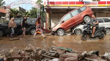 Keadaan banjir di Jakarta yang telah meragut 30 nyawa setakat Jumaat. - Gambar Bernama