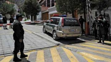 BERKAWAL: Gambar fail 30 Disember 2019 menunjukkan anggota polis berkawal di luar kawasan komuniti mewah La Rinconada, di mana terletaknya kedutaan Mexico, di La Paz, Bolivia. — Gambar Jorge Bernal/AFP