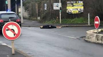 DITEMBAK MATI: Gambar menunjukkan mayat lelaki yang ditembak mati oleh polis selepas dia membunuh seorang lelaki dan mencederakan dua lain di Paris, Perancis kelmarin. — Gambar AFP