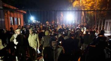 KEADAAN TERKAWAL: Anggota polis tiba di luar pekarangan Universiti Jawaharlal Nehru di New Delhi, kelmarin susulan pertelingkahan antara kumpulan mahasiswanya. — Gambar AFP