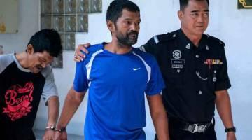 DIDAKWA: Mohd Shamsul (tengah) dan Sarudin dihadapkan ke Mahkamah Majistret atas pertuduhan melakukan cubaan bunuh terhadap seorang anggota polis bulan lepas. — Gambar Bernama