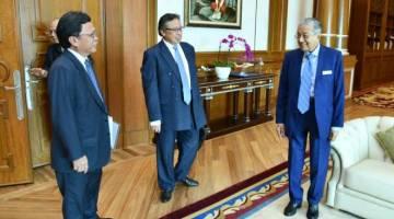 BINA SEPAKAT: Abang Johari (tengah) dan Shafie (kiri) tiba di pejabat Perdana Menteri untuk mengadakan rundingan dengan Dr Mahathir pada 16 Disember 2019.