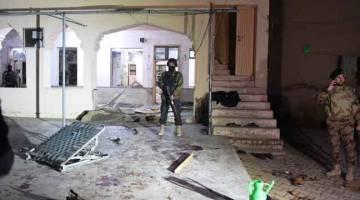 BERJAGA-JAGA: Anggota tentera berkawal di luar masjid selepas letupan bom mengorbankan sekurang-kurangnya 15 nyawa                  di Quetta, barat daya Pakistan kelmarin. — Gambar AFP