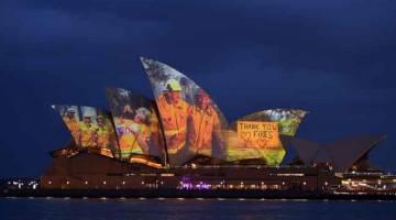 DALAM KENANGAN: Bangunan Rumah Opera memancarkan siri imej sebagai tanda sokongan terhadap komuniti yang terjejas kebakaran hutan dan bagi menyampaikan penghargaan buat perkhidmatan dan sukarelawan kecemasan di Sydney, kelmarin. — Gambar AFP