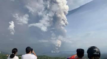 Gunung Berapi Taal merupakan tarikan pelancong yang popular di tengah-tengah tasik yang indah di Filipina