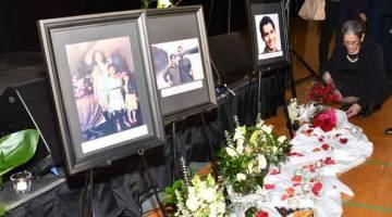 TERUS DIINGATI: Orang yang menghadiri pengebumian meletakkan bunga berdekatan gambar mangsa-mangsa di hadapan pentas sebelum upacara berdoa untuk 57 mangsa rakyat Kanada dalam nahas pesawat Ukraine di Iran. — Gambar AFP