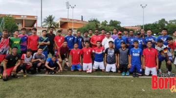 TERPILIH: Tiga puluh pemain yang terpilih meneruskan fasa latihan dan pemilihan skuad bawah 21 tahun Tambadau Sabah bersama barisan jurulatih diketuai Justin (bertopi) dan pegawai pasukan.