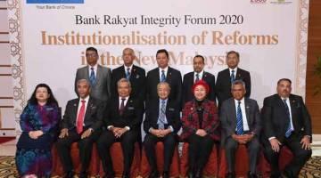 UNTUK ALBUM:  Dr Mahathir (tengah) hadir pada Forum Integriti Bank Rakyat 2020 semalam. Turut hadir Menteri Pembangunan Usahawan Datuk Seri Mohd Redzuan Yusof (tiga,kiri) dan Pengerusi Bank Rakyat, Datuk Noripah Kamso (tiga, kanan). — Gambar Bernama