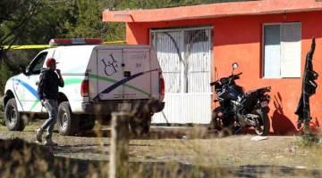 SIASAT: Kenderaan Institut Forensik Jalisco dilihat di kawasan di mana sebuah kubur                      beramai-ramai ditemui di kawasan kejiranan El Mirador di Tlajomulco de Zuniga, Negeri Jalisco, Mexico kelmarin. — Gambar AFP