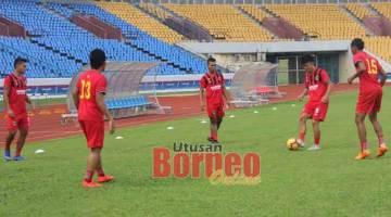 GIGIH: Pemain-pemain Kuching FA gigih menjalani latihan menjelang sepak mula Liga Premier 2020 pada 29 Februari depan.