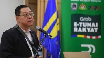 JAWAB: Lim ketika sidang media mengenai Pengumuman Pelancaran Inisiatif e-Tunai Rakyat di Kementerian Kewangan dekat Putrajaya, semalam. — Gambar Bernama