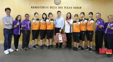 KUNJUGAN HORMAT: Phoong (tengah) bersama anggota pasukan tenis ringan Daegu Bank dan ahli SSTA yang telah membuat kunjungan hormat di pejabatnya baru-baru ini.
