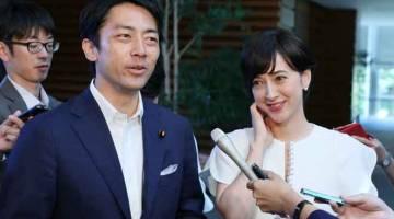PERTAMA: Gambar fail diambil pada 7 Ogos 2019 menunjukkan Shinjiro Koizumi (kiri) bercakap pada sidang media di pejabat perdana menteri di Tokyo, Jepun. — Gambar AFP