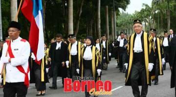 KEPENUDI: Wong (kanan) lebuh bejalai bebala mayuh nyerumba OLY 2020 Kort Tinggi Sabah enggau Sarawak, lalu sama bisi Tengku Maimun (dua ari kanan), kemari. — Gambar Muhamad Rais Sanusi