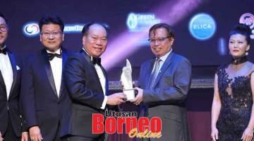 SYABAS: Ketua Menteri Datuk Patinggi Abang Johari Tun Openg (kanan) menyampaikan Anugerah SHEDA untuk Pembangunan Strata kepada Isaac.