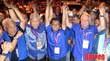 BN MENANG: Najib (kanan) bersama Ahmad Zahid (dua kiri) dan Bung Moktar (kiri) mengangkat tangan Mohamad (dua kanan) selepas keputusan PRK Kimanis diumum memihak kepada BN malam semalam. - Gambar oleh James Tseu.