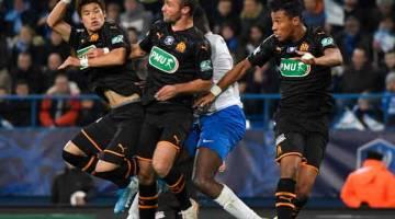 BERTEMBUNG DI UDARA: Antara babak-babak aksi perlawanan Piala Perancis di antara Granville dan Marseille di Stadium Michel-d'Ornano di Caen. — Gambar AFP