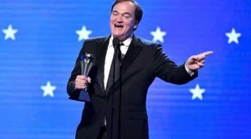 TERBAIK: Quentin Tarantino menerima trofi Aktor Pembantu Terbaik untuk 'Once Upon a Time in Hollywood' bagi pihak Brad Pitt semasa Anugerah Critics' Choice di Barker Hangar di Santa Monica, California baru-baru ini. Filem 'Once Upon a Time ... in Hollywood' mengukuhkan status sebagai pilihan utama untuk memenangi anugerah Oscar apabila ia memenangi filem terbaik Critics' Choice.  — Gambar AFP