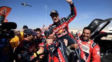 VETERAN BERPENGALAMAN: Sainz (tengah) meraikan kemenangannya bersama naib juara, Nasser Al-Attiyah (kanan) dan pemenang tempat ketiga, Stephane Peterhansel dari Perancis pada perlumbaan Dakar Rally di Arab Saudi. — Gambar AFP
