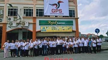 SEMINA GPS: Lee (sepuluh kanan) begulai enggau kaban GPS ke bukai ngintu pengerami setaun logo GPS udah dimunka ba Palan Servis DUN Senadin, kemari.