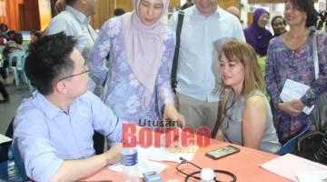 NGABAS: Nurul Izzah ngabas kaunter berenggat peresa pengerai enggau riman serviks ti dibuka di Kompleks Belia dan Sukan Nengeri Sarawak di Kuching kemari ari baruh Projek ROSE.
