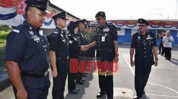 LAWATAN MESRA: Ramli diperkenalkan kepada pegawai polis yang menyertai perbarisan sambil diiringi DSP Jo.