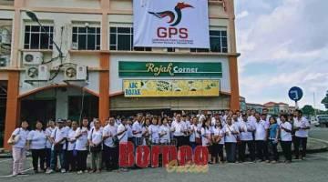 HANYA GPS: Lee (sepuluh kanan) bersama ahli-ahli GPS yang meraikan ulang tahun pelancaran logo GPS di Pusat Khidmat DUN Senadin semalam.