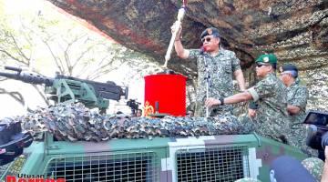 RASMI: Ahmad Hasbullah merasmikan sambutan Hari Tentera Darat ke-87 peringkat negeri Sabah.