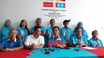 Baru (tengah) bercakap pada sidang media di Pejabat Khidmat Komuniti PKR DUN Stakan hari ini.
