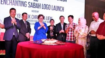 KENANGAN: Christina (empat kiri) bersama para tetamu kehormat dan para editor agensi media di Sabah merakamkan gambar kenangan. Turut kelihatan Ketua Pengarang Utusan Borneo Lichong Angkui (kanan).