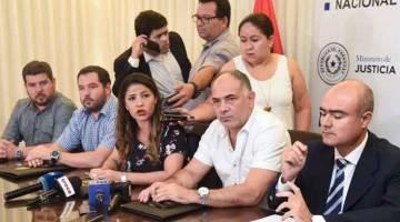 PENJELASAN: Perez (tengah) bercakap semasa sidang akhbar di Asuncion, kelmarin. — Gambar AFP