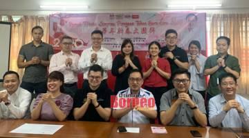 Chong bersama barisan pemimpinan DAP mengucapkan Selamat Tahun Baharu Cina pada sidang media di Kuching hari ini.