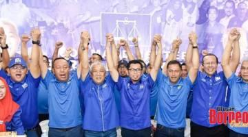 SOKONG: Sebahagian ketua-ketua bahagian yang hadir menyatakan sokongan kepada calon ketika diumumkan mewakili BN dalam PRK Kimanis.