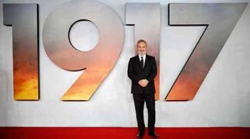 NO.2: Gambar fail yang bertarikh pada 4 Disember 2019 ini menunjukkan pengarah filem British Sam Mendes tiba untuk acara tayangan perdana filem '1917' di London. Filem pilihan utama untuk memenangi Oscar dan menerima pujian pengkritik '1917', pendahulu box office minggu lepas dari Universal menduduki tempat kedua dalam carta box office pada hujung minggu. — Gambar AFP