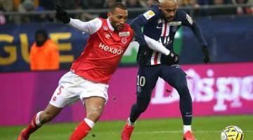 SUKAR DIKAWAL: Neymar (kanan) diasak hebat oleh pemain Reims, Yunis Abdedlhamid ketika bersaing pada perlawanan separuh akhir Piala Liga Perancis di Stadium Auguste Delaune, Reims kelamrin. — Gambar AFP