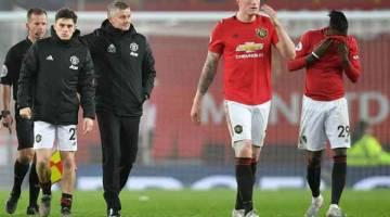 HAMPA: Reaksi Solskjaer (tiga kiri) ketika ketika meninggalkan padang selepas tamat perlawanan di Old Trafford, Manchester kelmarin. — Gambar AFP